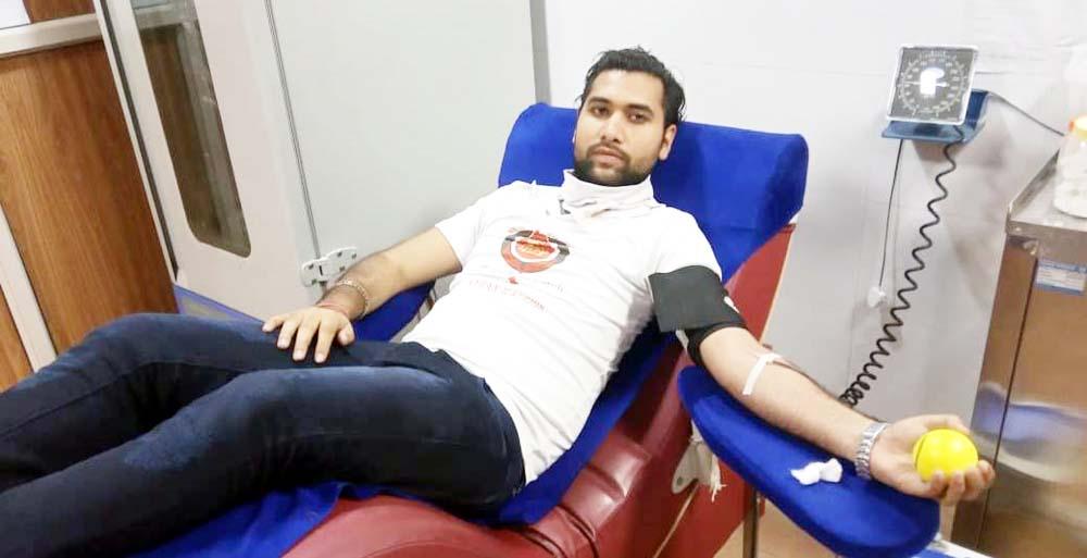 पिता के जन्मदिन पर किया रक्तदान, दोस्तों से भी कराया रक्तदान