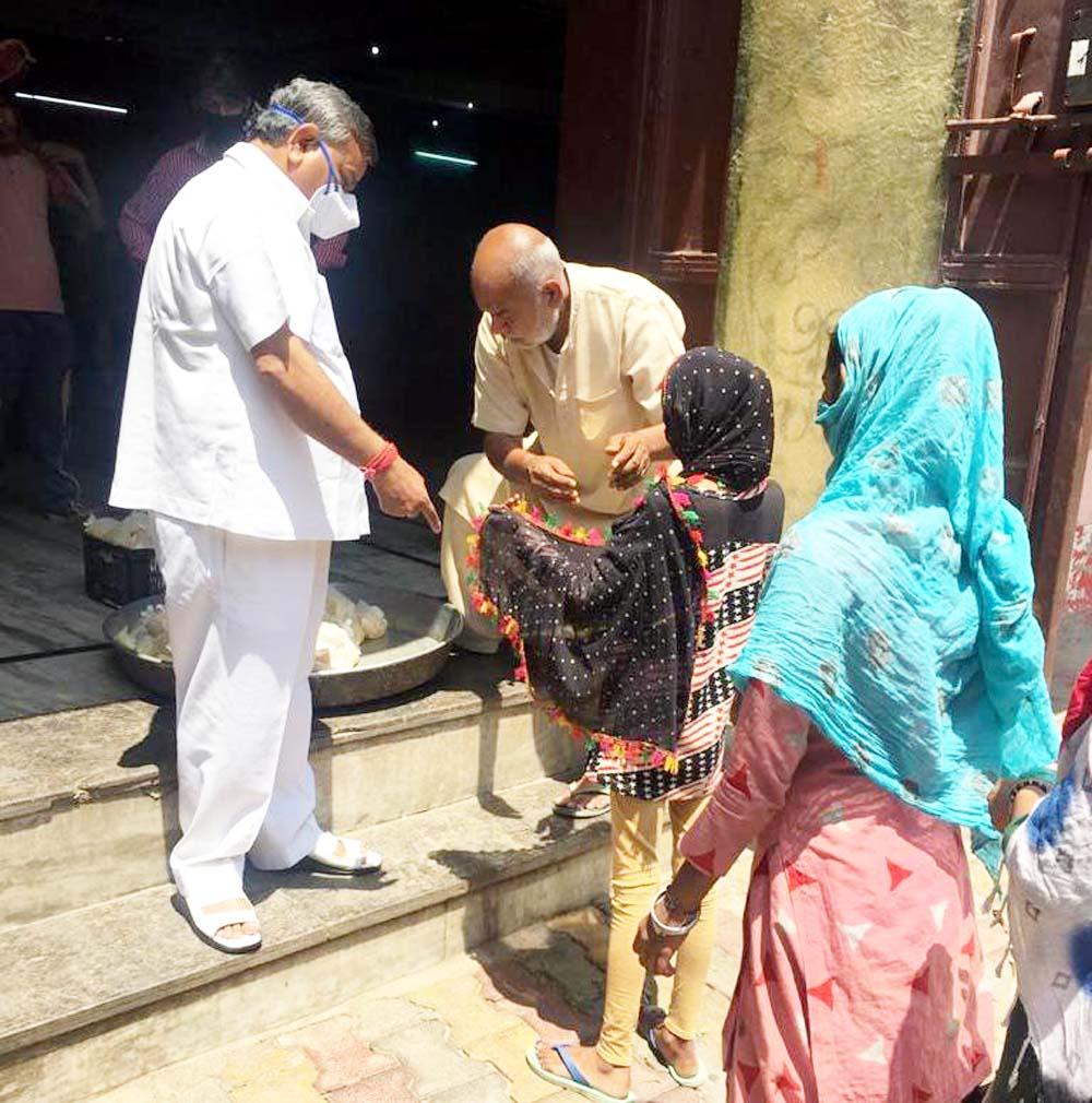 शहर के विभिन्न क्षेत्रों में जरूरतमंदों को दे रहे हैं भोजन : भारद्वाज