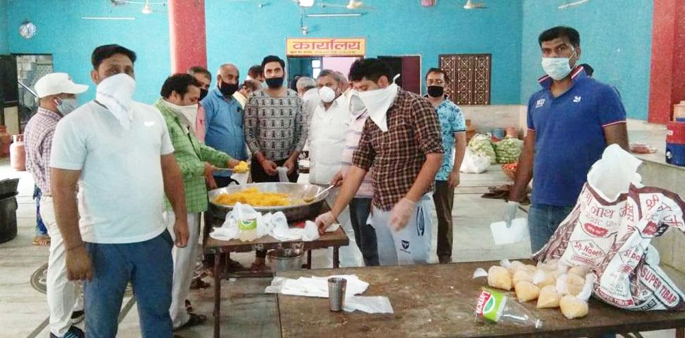 बालाजी मंदिर समिति ने 2300 भोजन के पैकेट बांटे