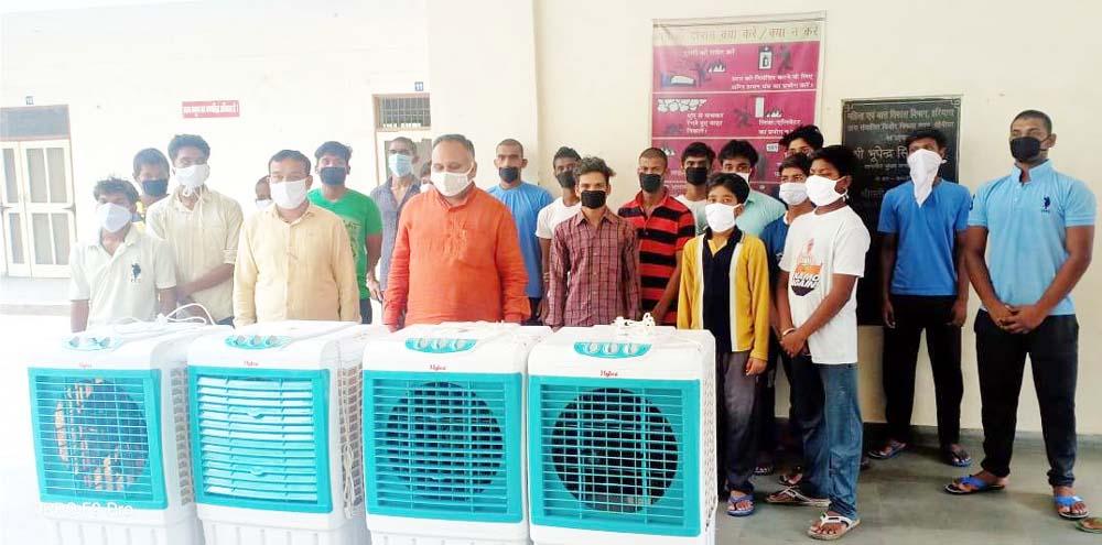 भाजपा नेता जैन ने किशोर सदन में भेंट किए 7 कूलर