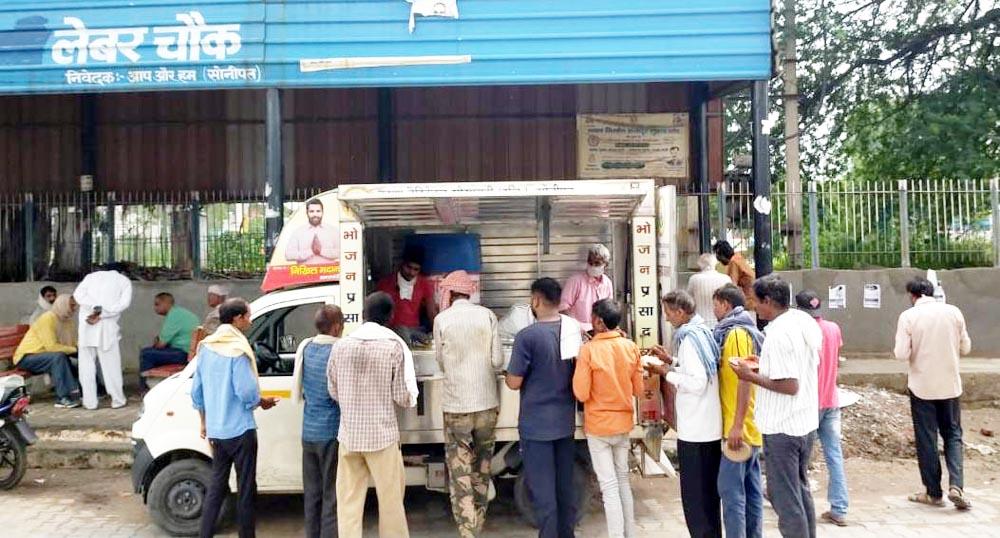 कृष्णा चैरिटेबल द्वारा श्रमिकों को दिया जा रहा नि:शुल्क भोजन