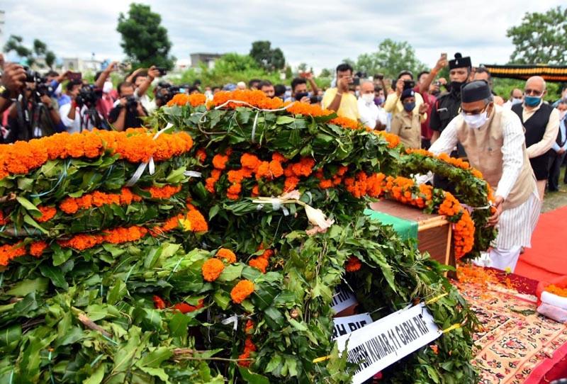 शहीद हवलादार राजेन्द्र सिंह के पार्थिव शरीर पर पुष्पचक्र अर्पित कर दी श्रद्धांजलि
