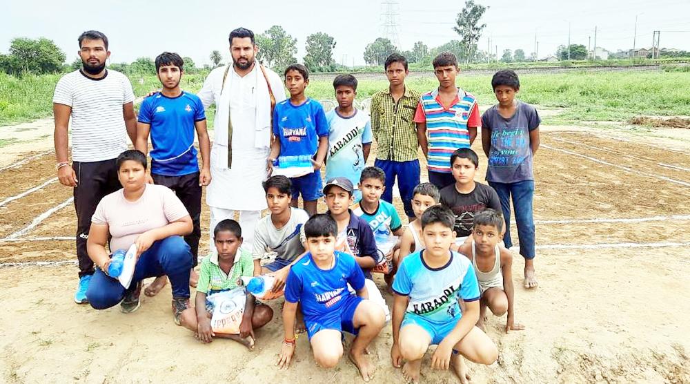 टीम दीपेंद्र ने खिलाडिय़ों को वितरित की स्पोर्ट्स किट