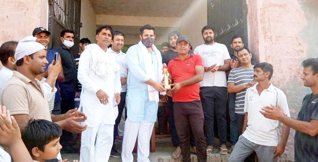 समाजसेवी ने किया क्रिकेट खिलाडिय़ों को सम्मानित