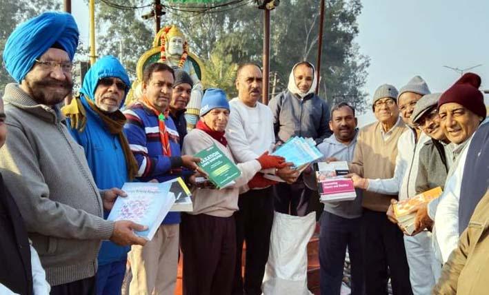 गोविंद बुक बैंक को किताबें दान दी