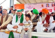 सोनीपत। खरखौदा में आयोजित किसान महापंचायत के मंच पर मौजूद राकेश टिकैत व गुरुनाम सिंह चढूनी।