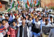 सोनीपत। बढ़ती मंहगाई के खिलाफ पदयात्रा निकालते कांग्रेसी पदाधिकारी व कार्यकर्ता।