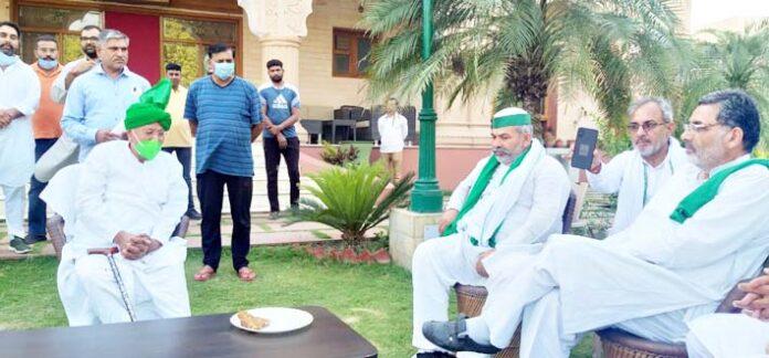 पूर्व मुख्यमंत्री ओम प्रकाश चौटाला से मुलाकात करते भारतीय किसान यूनियन के राष्ट्रीय प्रवक्ता राकेश टिकैत।