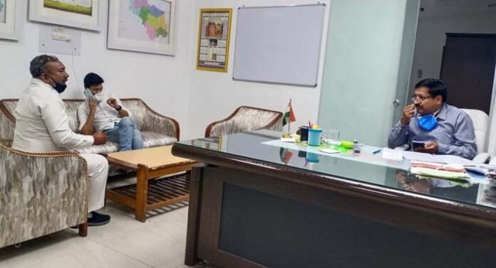सोनीपत। कार्यवाहक उपायुक्त अशोक कुमार बंसल से मिलते फाउंडेशन के प्रधान संजय सिंगला।