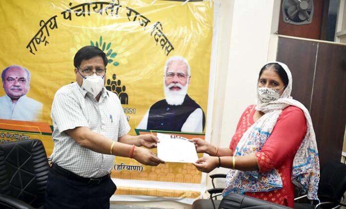 राष्ट्रीय पंचायती राज दिवस के अवसर पर कार्यवाहक उपायुक्त स्वामित्व योजना के अंतर्गत लोगों को संपत्ति कार्ड/टाईटल डीड भेंट करते हुए।