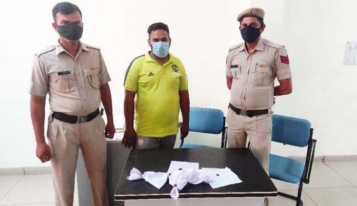 सोनीपत। पुलिस टीम द्वारा अफीम के साथ पकड़ा गया युवक।