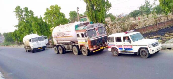 सोनीपत। पुलिस सुरक्षा में ऑक्सीजन टैंकरों को मंजिल तक पहुंचाती की गाड़ी।