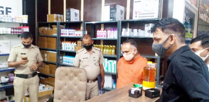 सोनीपत। पीडि़त दुकानदार से चोरी के बारे में जानकारी लेते भाजपा नेता।