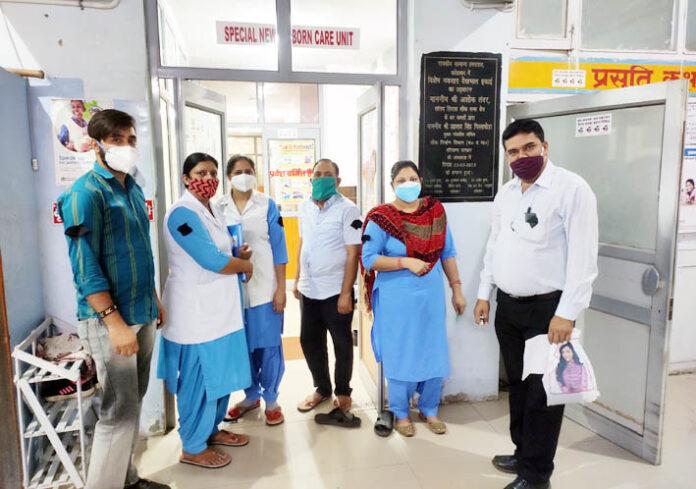 सिरसा के नागरिक अस्पताल में काले बिल्ले लगाकर विरोध जताते स्वास्थ्य कर्मी।