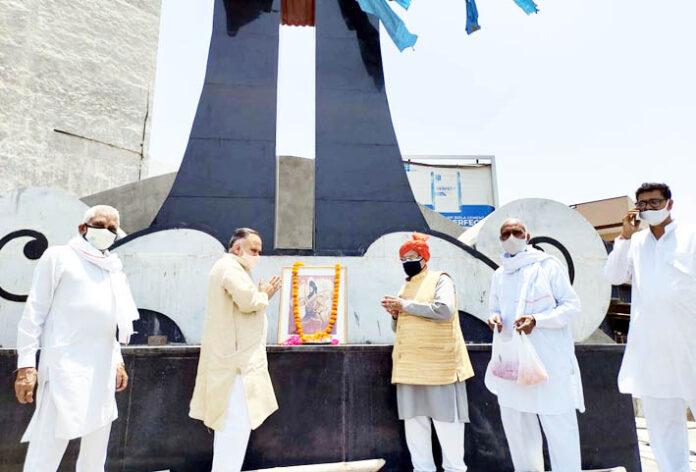 सोनीपत। आईटीआई चौक पर पशुराम चौक पर भगवान परशुराम के चित्र पर पुष्प अर्पित करते भाजपा नेता राजीव जैन।