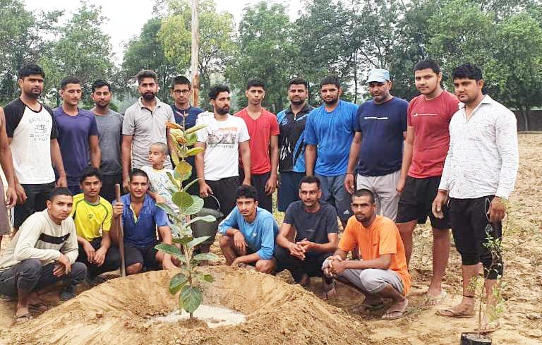 खेल परिसर में पर्यावरण मित्रों ने लगाए पौधे