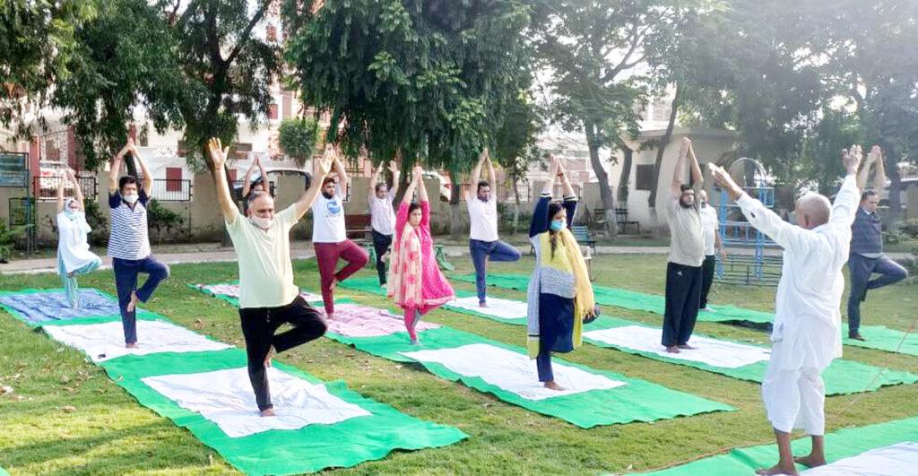 सेक्टर-15 स्थित पार्क में कविता जैन-राजीव जैन ने किया योगाभ्यास