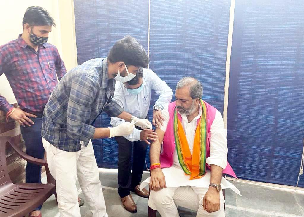 राज्यमंत्री भराला ने लगवाई कोरोना वैक्सीन की पहली डोज, अखिलेश पर कसा तंज