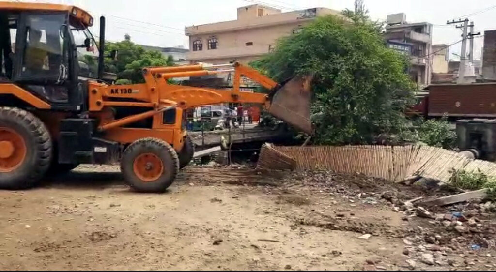 नगर निगम की टीम ने सरकारी जमीन पर किए गए अवैध कब्जे को हटाया