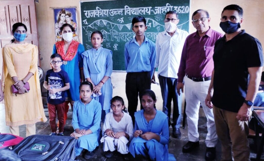 हिन्दी भाषा संस्कारों एवम् भावों की त्रिवेणी : नरेश आकाश