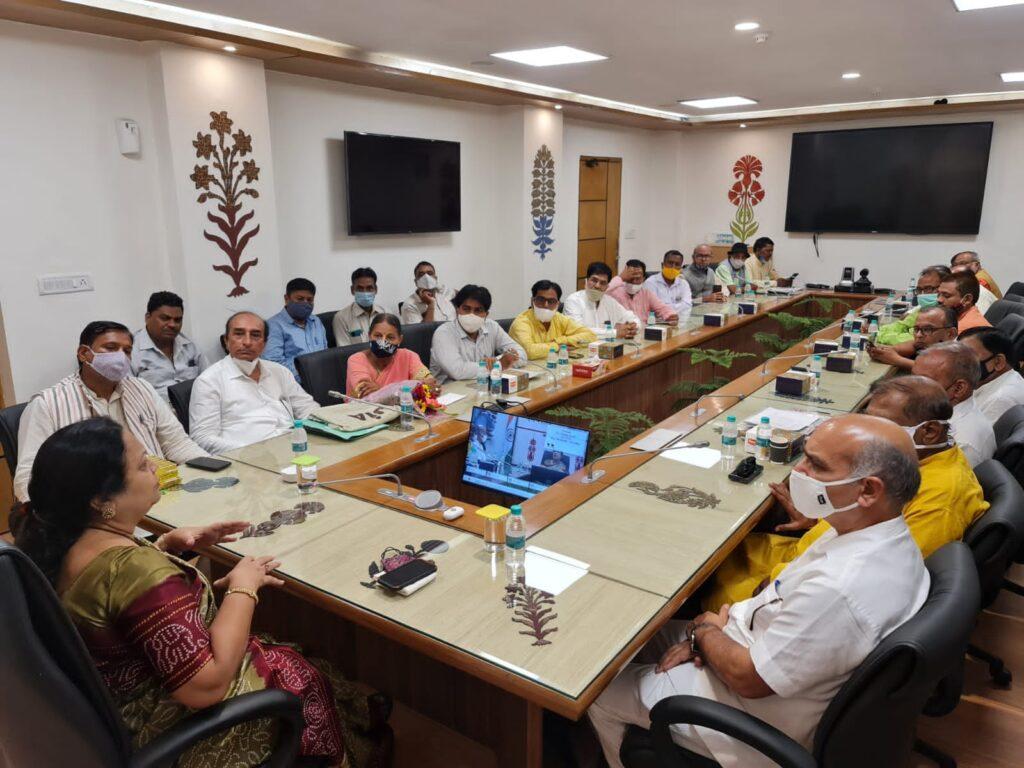 दर्जी समाज के प्रमुख सदस्यों ने दर्शना जरदोश को मंत्री बनाए जाने पर पीएम मोदी का आभार जताया