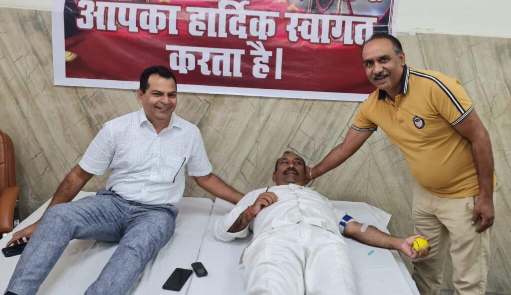 रक्तदान शिविर में 128 लोगों ने किया रक्तदान